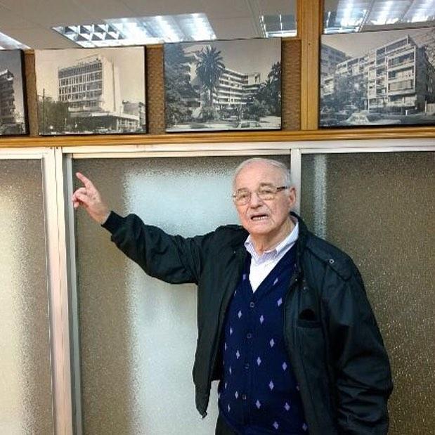 Un grande de la arquitectura chilena, Abraham Schapira, fundador de la oficina #schapiraeskenazi, murió el 2 de marzo de este año. Creador de la revista AUCA en 1965 y dirigente del movimiento estudiantil que condujo al cambio de los planes de estudio de la Escuela de Arquitectura de la U. de Chile en 1946, su obra arquitectónica dejó huellas en Santiago, Viña del Mar y Concepción, además de España. En noviembre de 2013 tuvimos la oportunidad de entrevistarlo y tomarle algunas fotos en su estudio de arquitectura, donde aún trabajaba diariamente a pesar de su avanzada edad. Desde @santiagoadicto vaya este homenaje a un protagonista de nuestra arquitectura en el siglo 20.