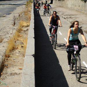 Santiago, Chile 18 de abril 2015. Se realiza la tercera versión de Mapocho Pedaleable, actividad que permitio a los ciudadanos ingresar al río Mapocho y realizar actividades físicas a un costado del caudal.  Karin Pozo/AtonChile